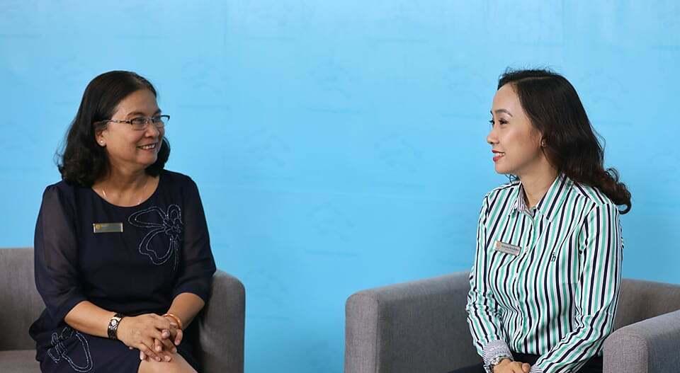 Bác sĩ Bạch Thị Chính và bác sĩ Nguyễn Hiền Minh trao đổi chuyên môn mỗi khi nhận câu hỏi và giải đáp đến độc giả. Ảnh: Quỳnh Trần