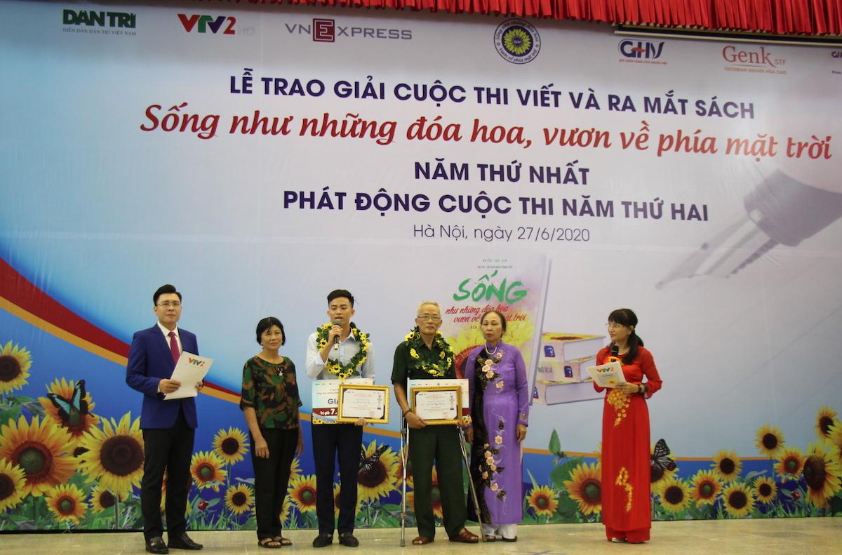 Tác giả Vũ Huy Chương và Đinh Công Đạt nhận giải ba cuộc thi Sống như những đoá hoa - Vươn về phía mặt trời năm thứ nhất.