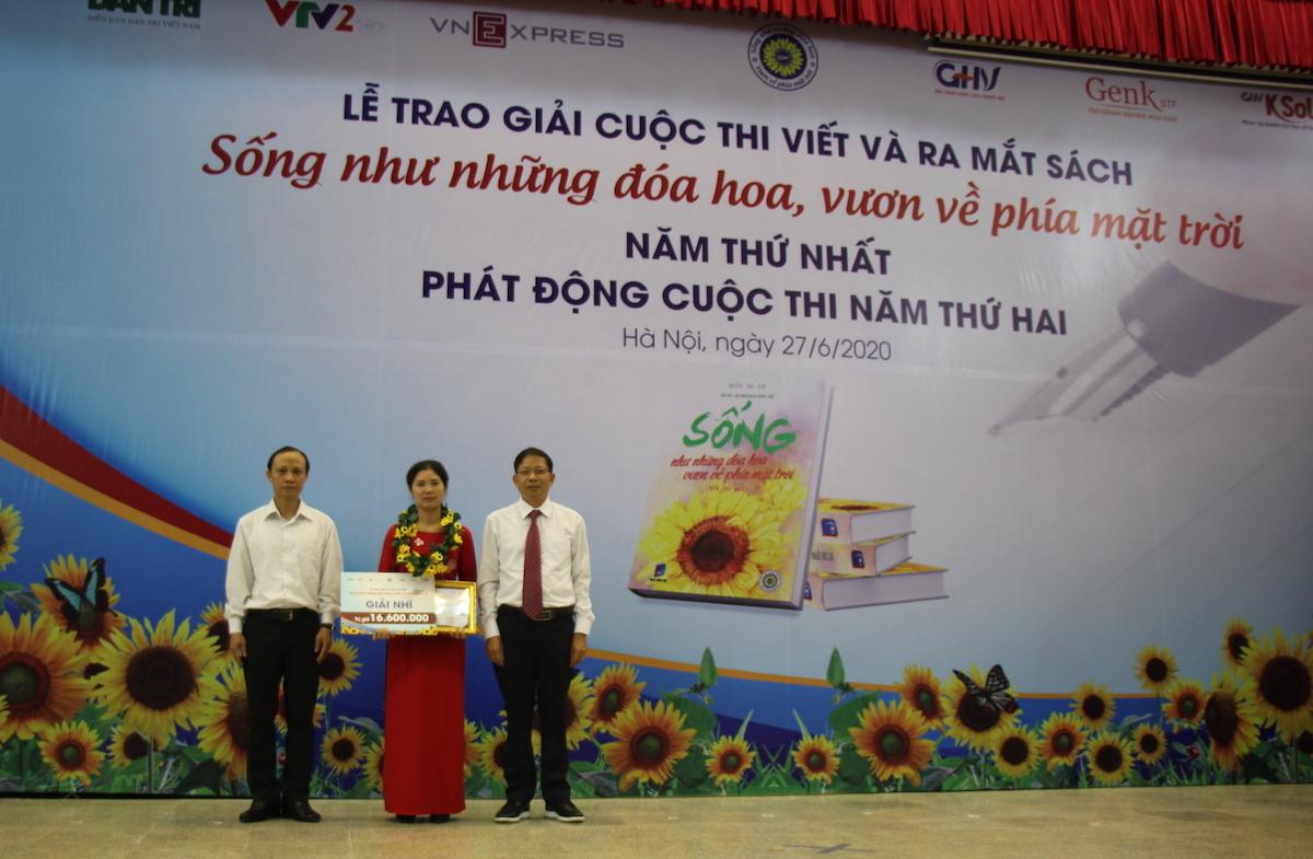 Tác giả Nguyễn Thị Hoài nhận giải Nhì cuộc thi Sống như những đoá hoa - Vươn về phía mặt trời năm thứ nhất.