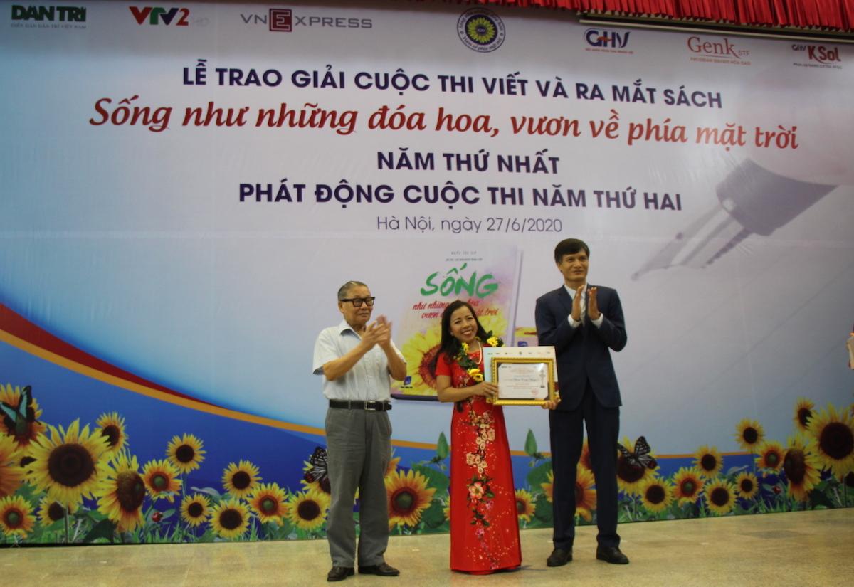 Tác giả Phùng Trang Nhung nhận giải nhất cuộc thi Sống như những đoá hoa - Vươn về phía mặt trời năm thứ nhất.