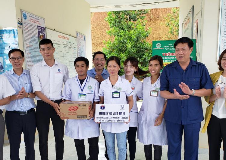 Trạm Y tế xã Quảng Hòa tiếp nhận sản phẩm tài trợ từ của đoàn công tác của Bộ Y tế và Unilever trao tặng.