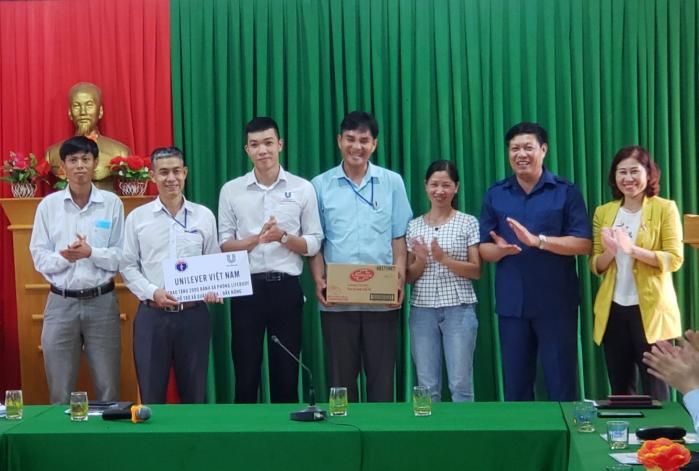 Đoàn công tác của Bộ Y tế cùng đại diện Unilever trao tặng gói sản phẩm tài trợ.