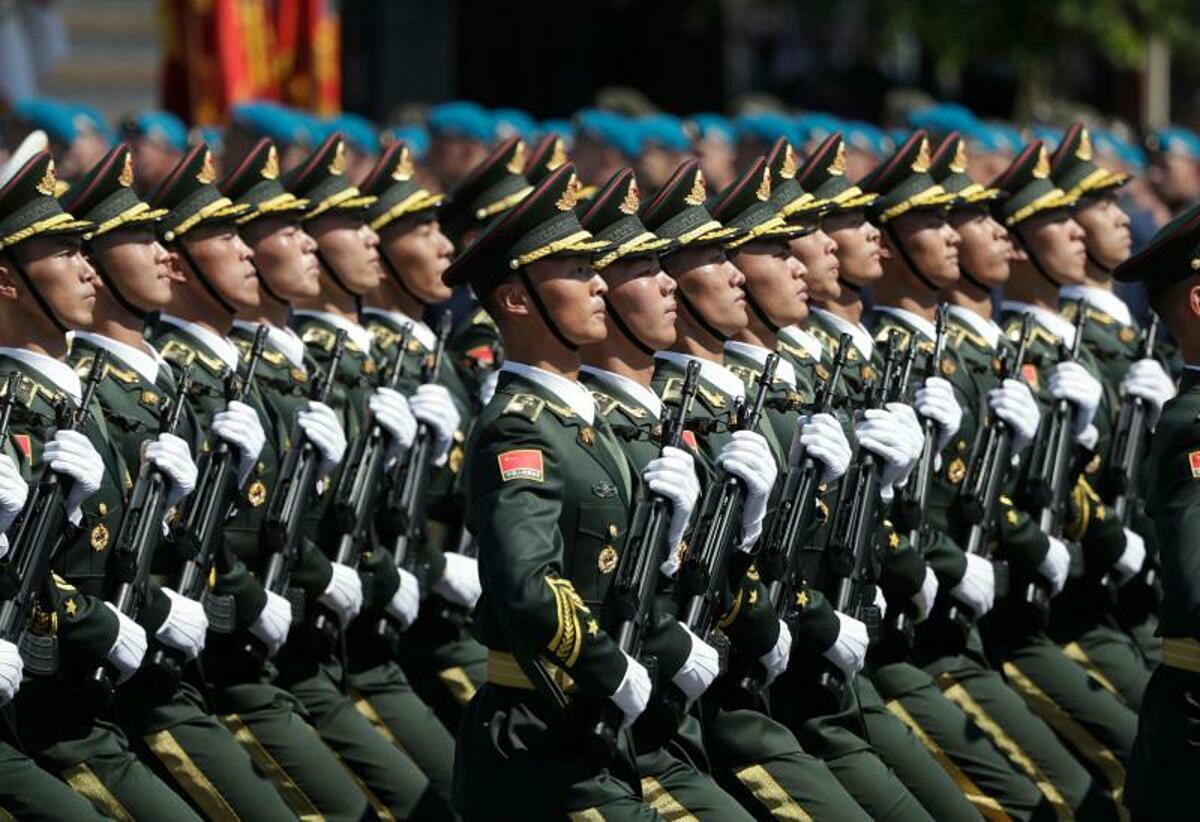 Các binh sĩ từ Quân ủy Trung ương Trung Quốc diễu hành trên Quảng trường Đỏ, Moscow, ngày 24/6/2017. Ảnh: AFP