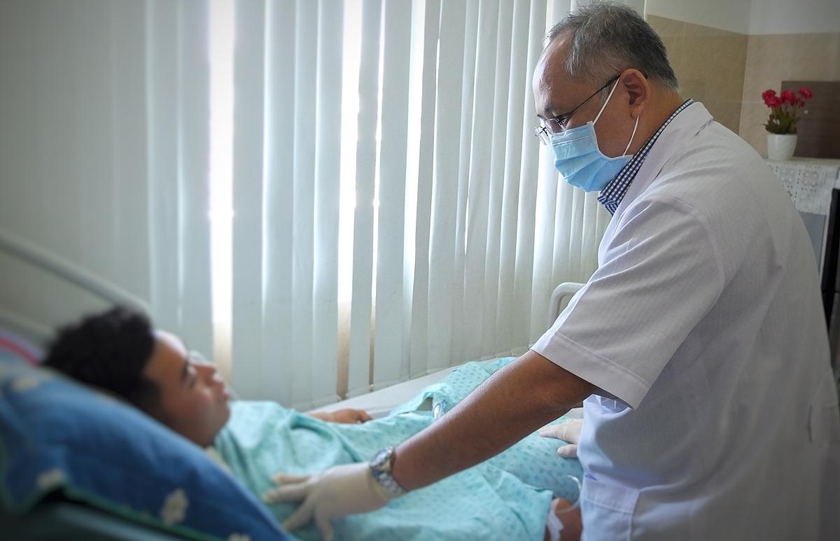 Bác sĩ Mai Bá Tiến Dũng thăm khám bệnh nhân sau phẫu thuật. Ảnh: Trần Nhung.
