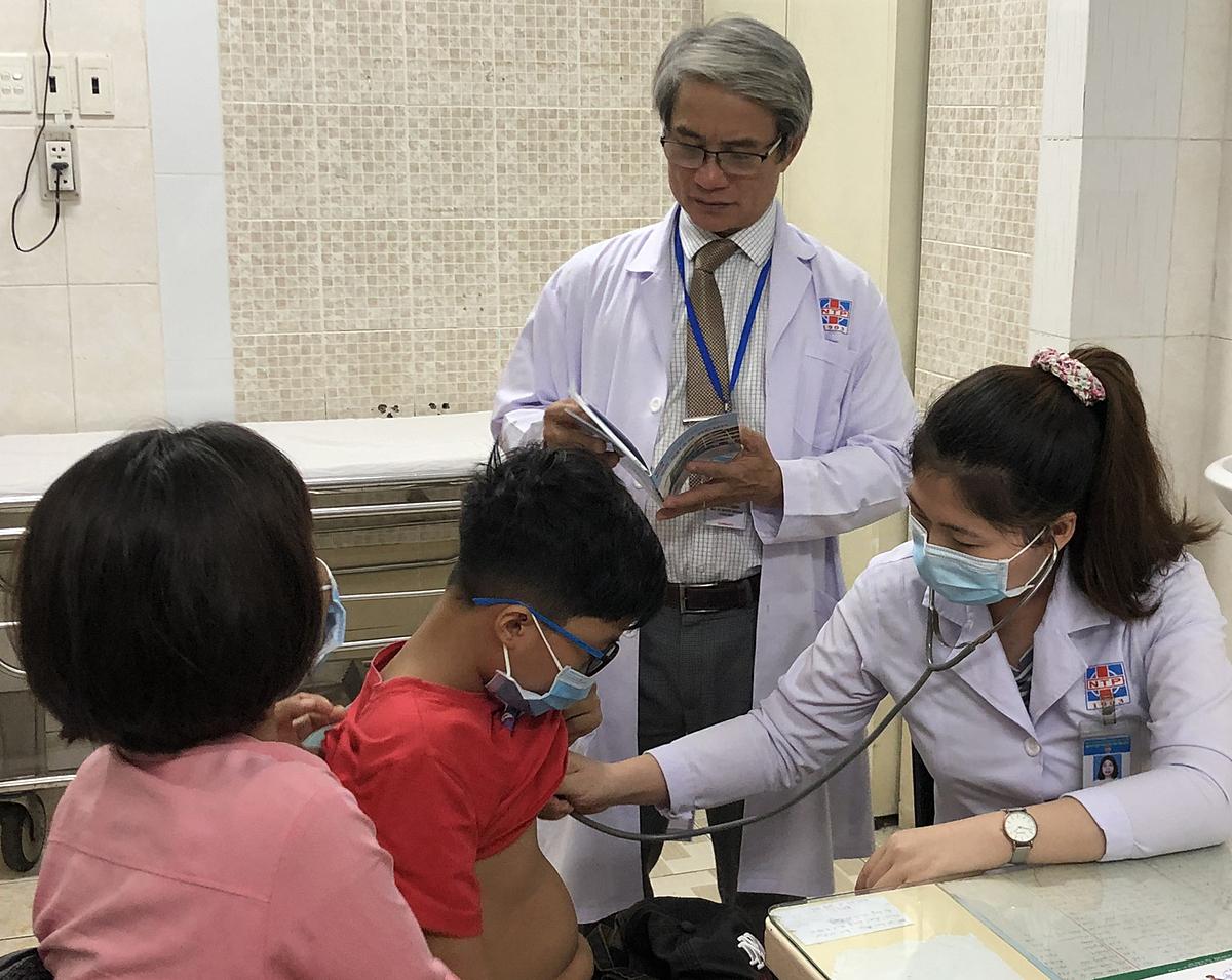 Bác sĩ tầm soát chậm tăng chiều cao cho trẻ tại Bệnh viện Nguyễn Tri Phương. Ảnh do bệnh viện cung cấp.