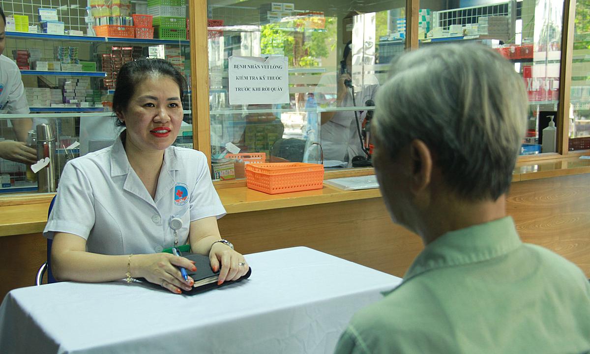 Dược sĩ Vân Anh tư vấn dùng thuốc cho người cao tuổi. Ảnh: Bệnh viện cung cấp.