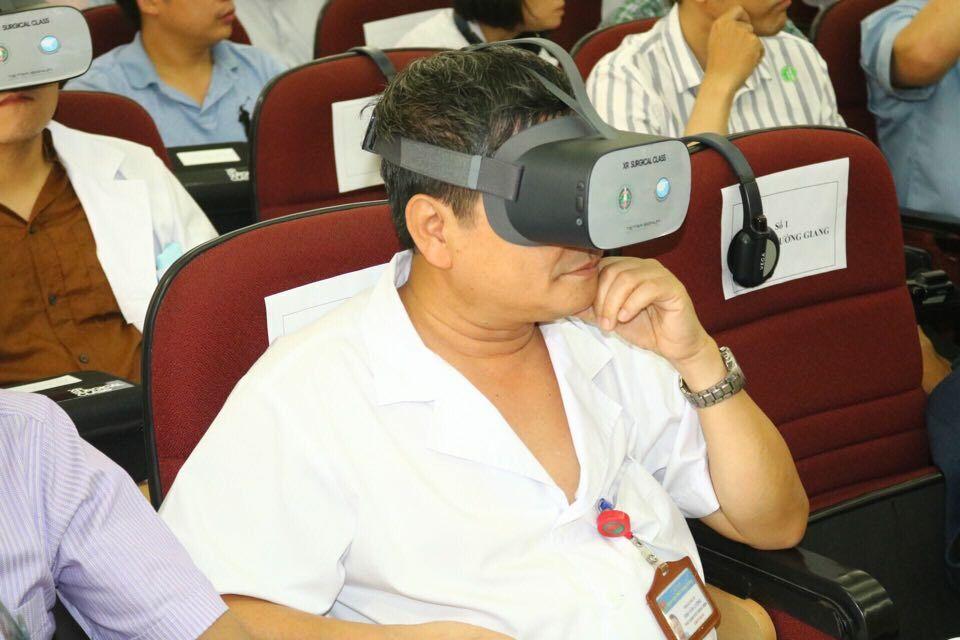 Các bác sĩ Việt Nam đeo kính thực tế ảo quan sát cuộc mổ từ Hàn Quốc. Ảnh: Hà My.