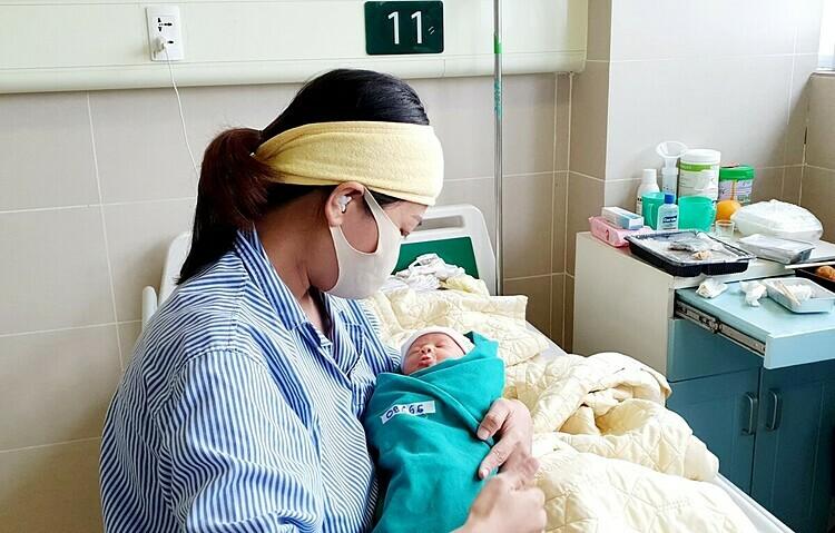 Em bé chào đời trong khu cách ly Bệnh viện Bạch Mai. Ảnh: Mai Thanh