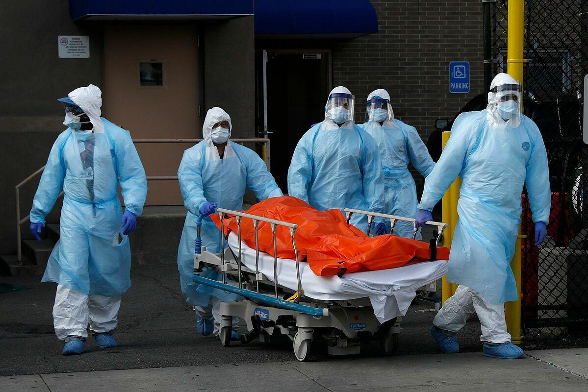 Nhân viên y tế Bệnh viện Wyckoff Heights vận chuyển bệnh nhân Covid-19 đã qua đời. Ảnh: Reuters