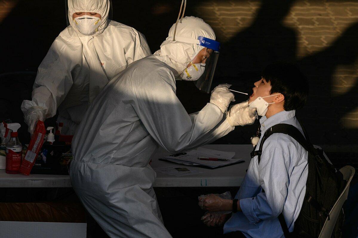 Nhân viên y tế tiến hành lấy mẫu xét nghiệm Covid-19 của người dân tại thành phố Bucheon, Hàn Quốc, ngày 27/5. Ảnh: AFP