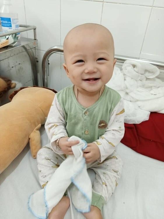 Bé Nguyễn Lê Hoàng Nguyên điều trị tại Bệnh viện Trung ương Huế. Ảnh: Gia đình cung cấp.