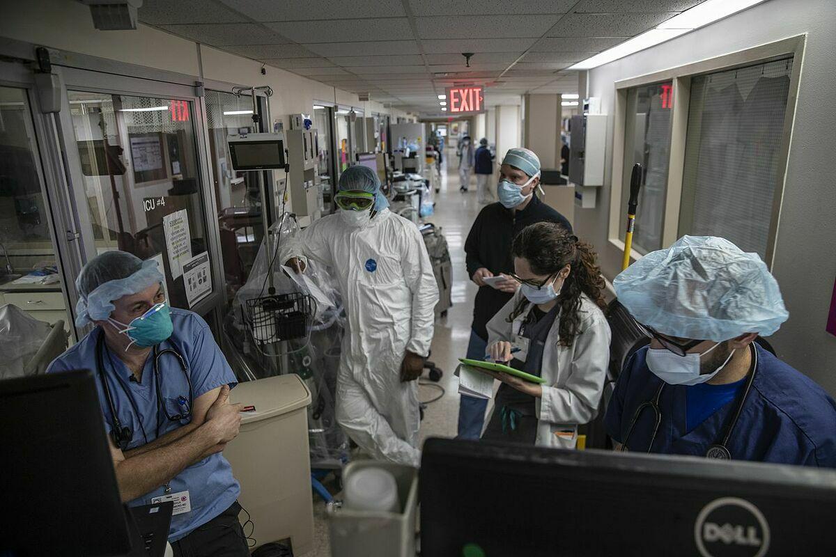 Bác sĩ tại một bệnh viện ở Boston đang hội chẩn điều trị người mắc Covid-19, tháng 5/2020. Ảnh: NY Times