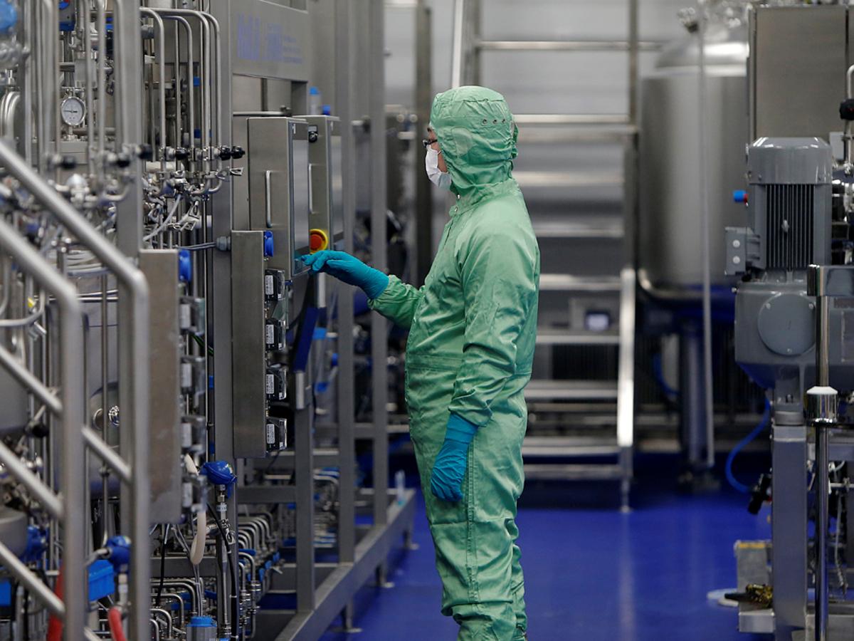 Một nhà nghiên cứu làm việc tại phòng thí nghiệm ở Thiên Tân, Trung Quốc. Ảnh: Reuters