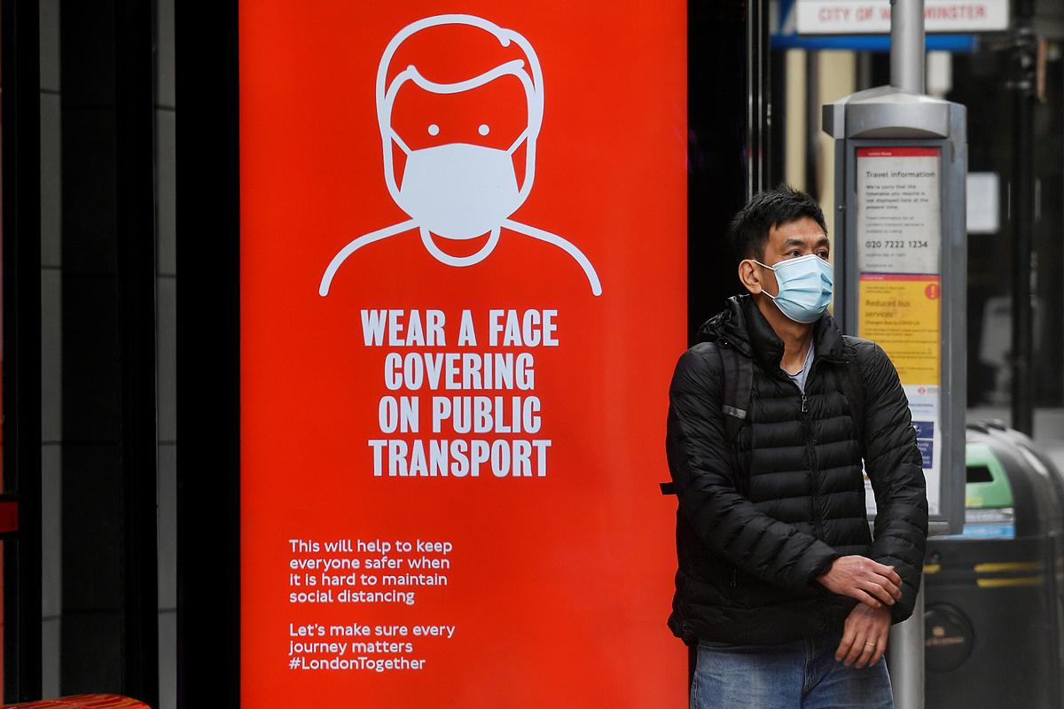Một người dân London, Anh, đeo khẩu trang ngừa lây nhiễm Covid-19, ngày 5/6. Ảnh: Reuters
