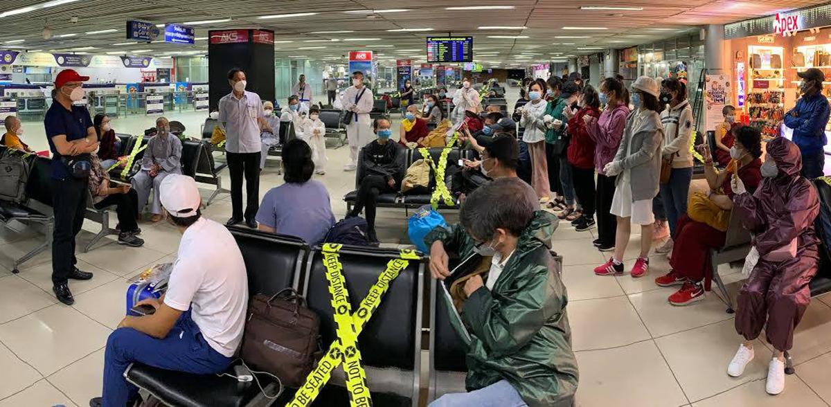 Công dân từ Bangladesh làm thủ tục về nước tại sân bay. Ảnh do Bộ Ngoại giao cung cấp.