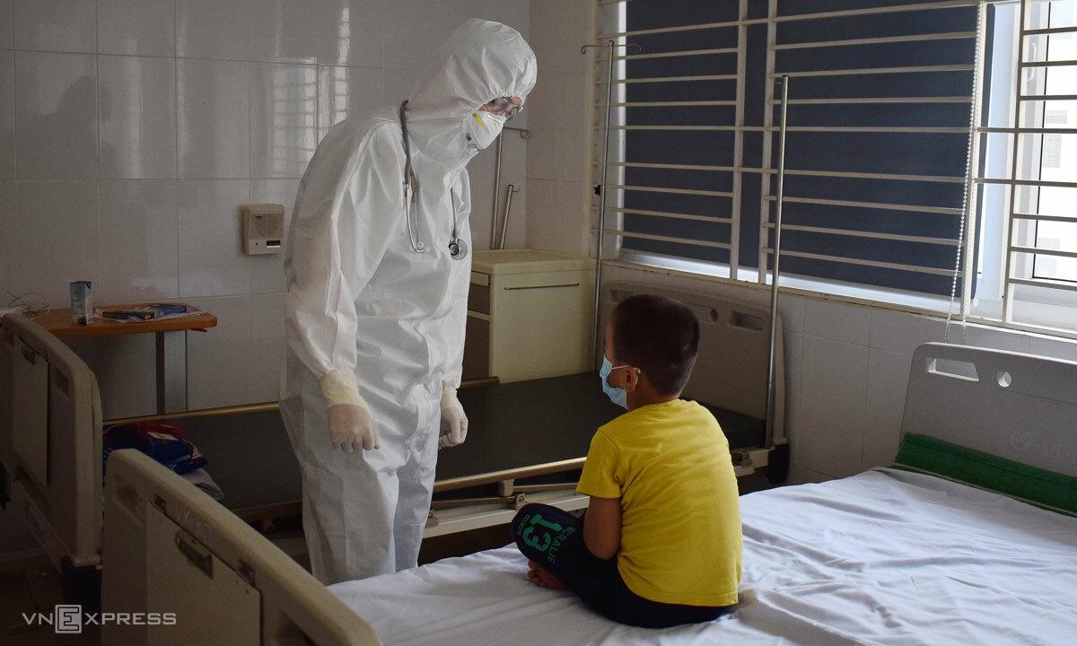 Bác sĩ khoa Virus-Ký sinh Trùng khám cho bệnh nhân Covid-19. Ảnh: Chi Lê.