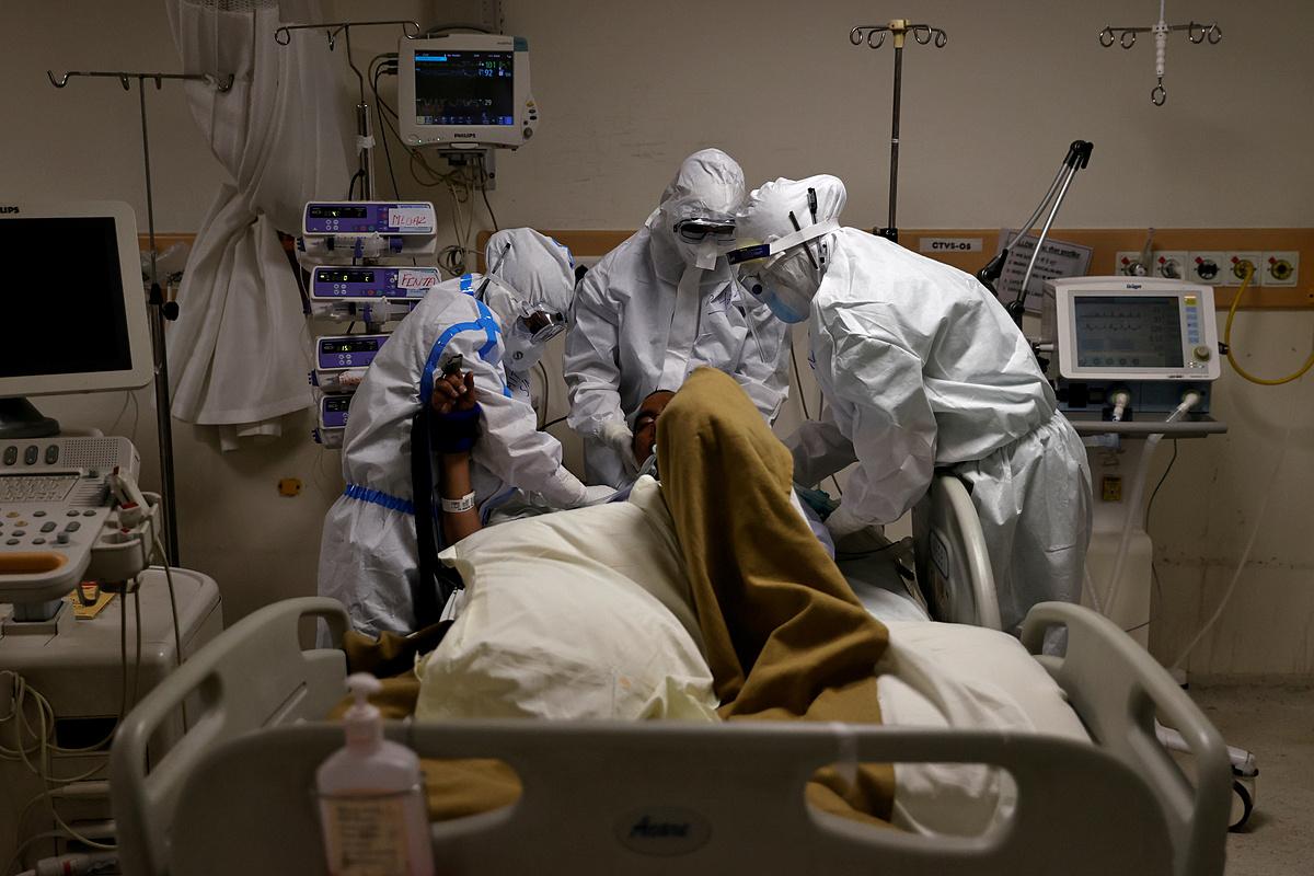 Nhân viên y tế tại Bệnh viện Max Smart Super Speciality, Delhi, đang điều trị cho một bệnh nhân Covid-19, ngày 28/5. Ảnh: Reuters