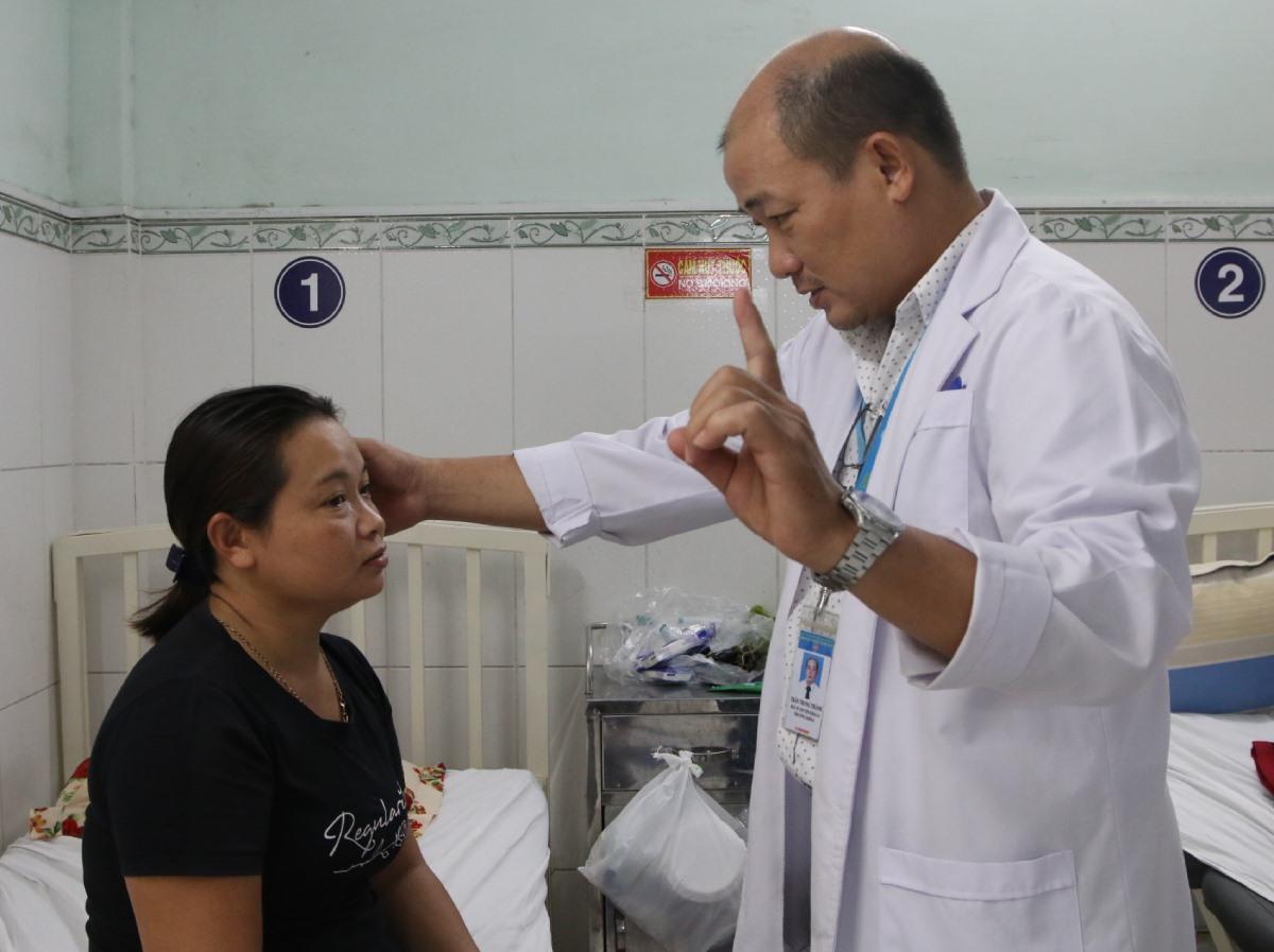 Bác sĩ Thành thăm khám cho một bệnh nhân có nguy cơ đột quỵ. Ảnh: Thư Anh