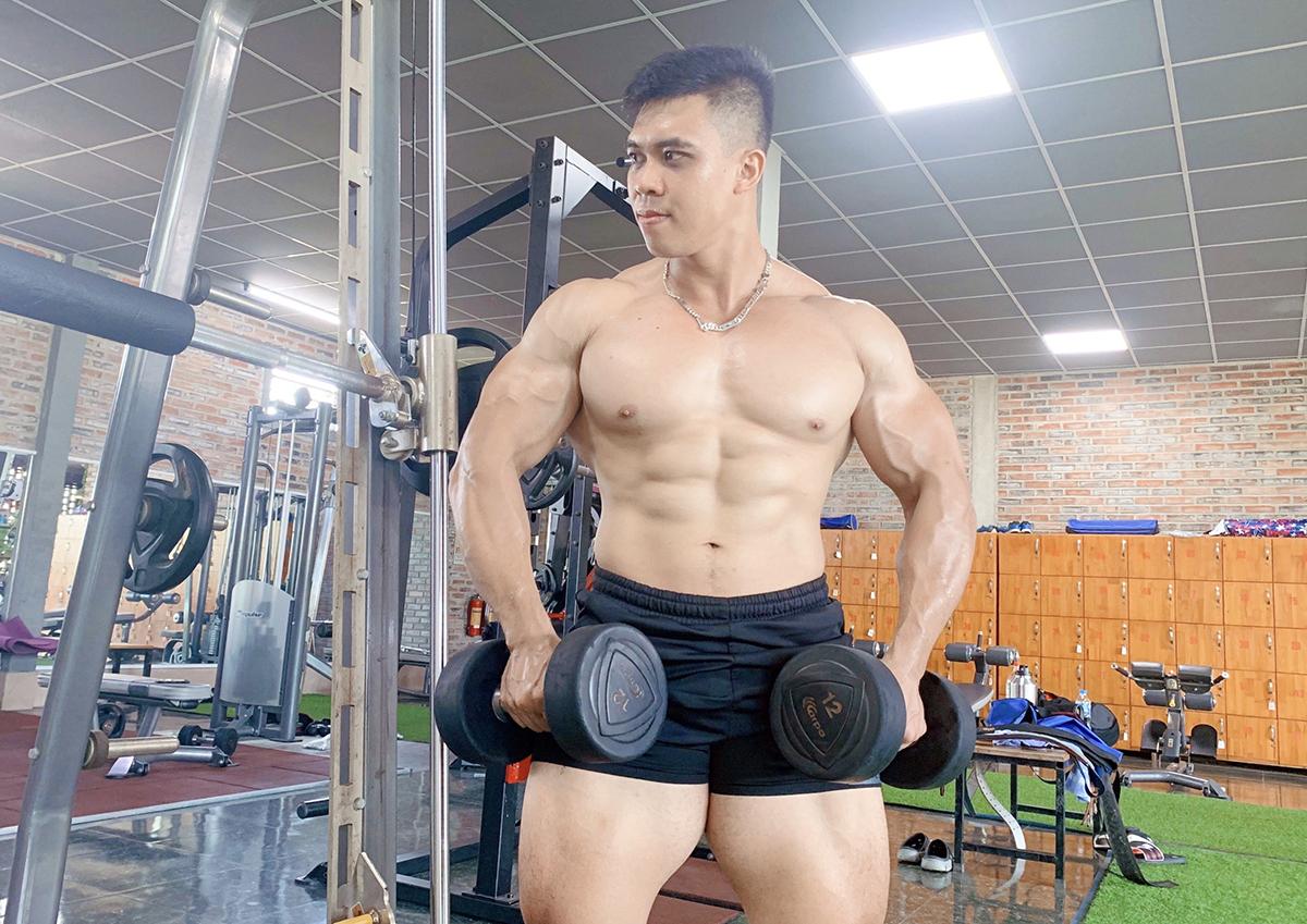 Hiện, Quyền tự tin nâng mức tạ nặng 80 -100 kg, không còn thở dốc và mệt nhọc vì vòng bụng quá khổ. Ảnh: Nhân vật cung cấp