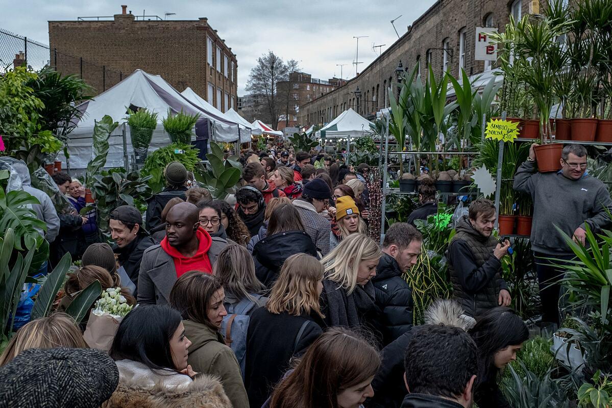 Tháng 3/2020, Chợ hoa Columbia Road ở London vẫn chật cứng như thường lệ. Ảnh: NY Times