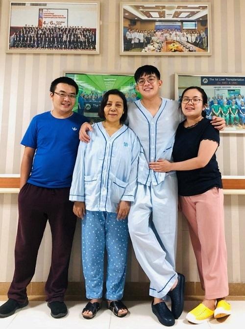 Bà Phương và các con lạc quan trước ca phẫu thuật. Ảnh: Bệnh viện cung cấp