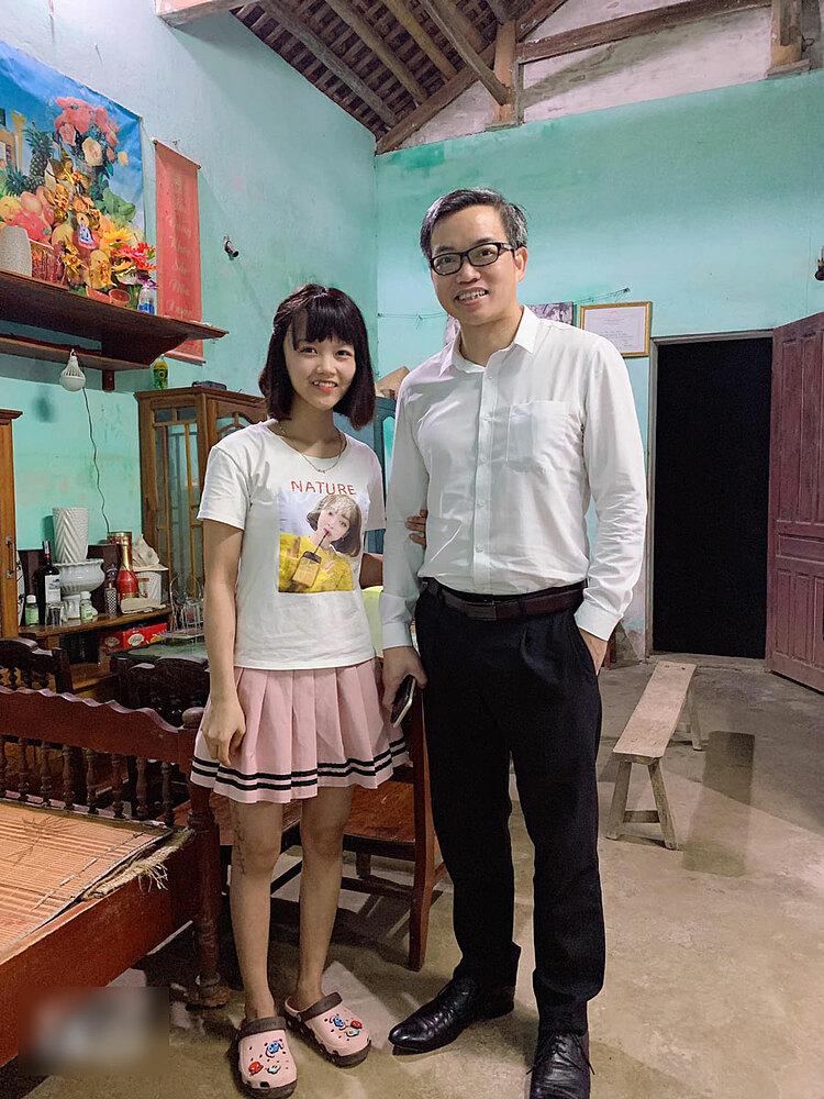 Hòa đứng chụp ảnh cùng bác sĩ Trần Trung Dũng tại nhà riêng sau khi được ra viện. Ảnh: Nhân vật cung cấp