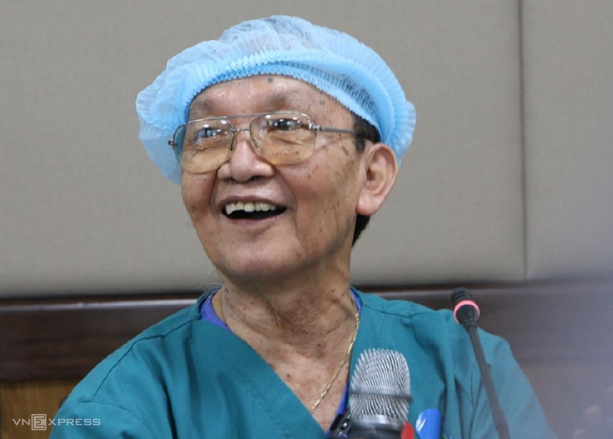 Giáo sư, bác sĩ Trần Đông A, thông báo ca mổ tách đôi song sinh diễn biến đúng như dự liệu, chiểu 15/7 tại Bệnh viện Nhi đồng Thành phố. Ảnh: Hữu Khoa.