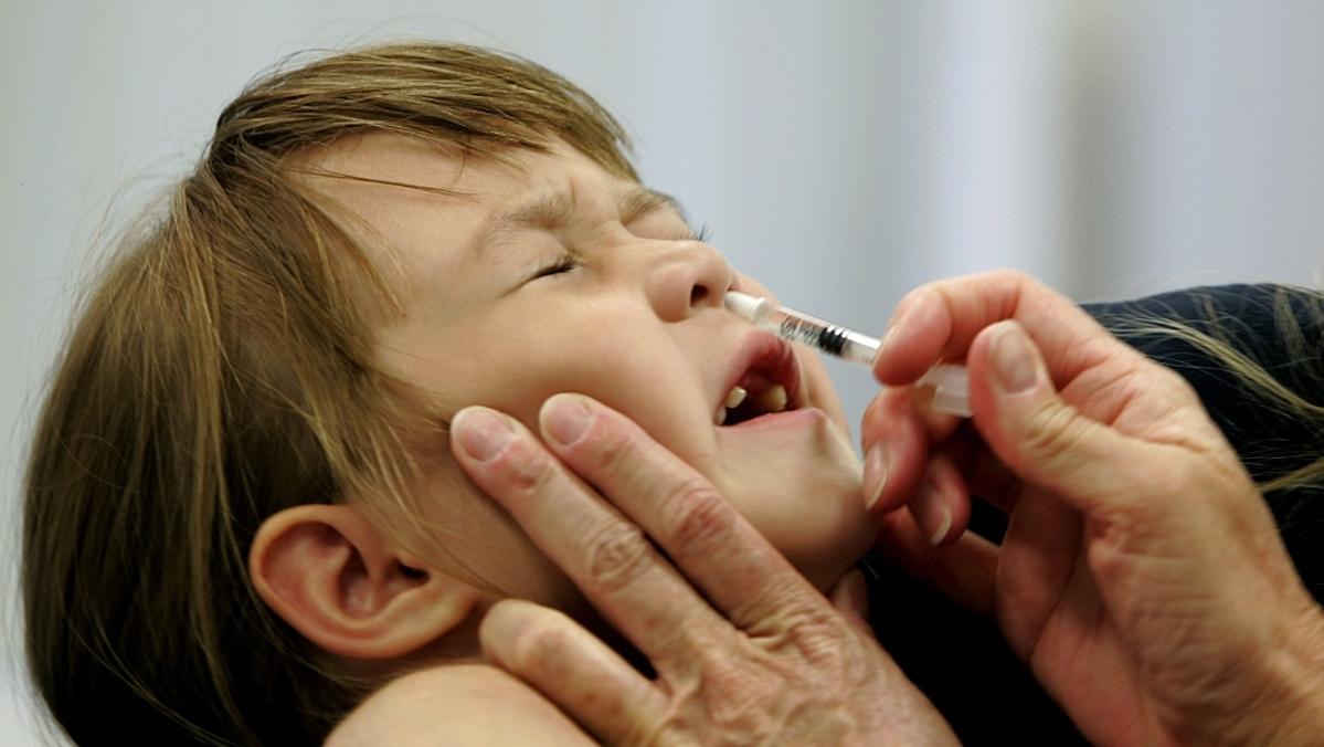 Một bé gái tại Saint Leonard được sử dụng vaccine dạng xịt mũi ngừa cúm mùa. Ảnh: AP