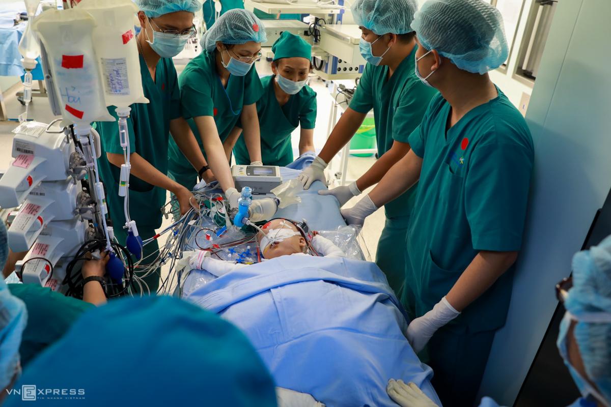 Bé Trúc Nhi sau khi tách rời khỏi Diệu Nhi, được đưa sang phòng mổ siêu sạch số 12 để tiếp tục phẫu thuật tạo hình. Ảnh: Hữu Khoa.