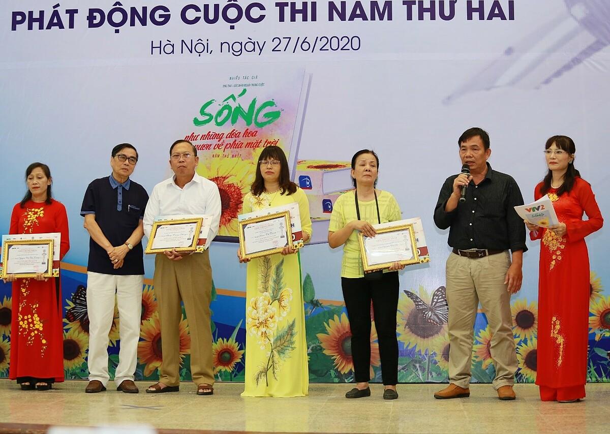 Tiến sỹ Nguyễn Duy Nhứt (thứ hai từ phải sang) tại Lễ trao giải Cuộc thi viết và ra mắt sách Sống như những đóa hoa, vươn về phía mặt trời năm thứ nhất.