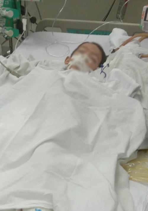 Bác sĩ Bệnh viện Đa khoa Bình Phước giải thích bệnh nhân bị nhồi máu cơ tim, theo người nhà. Ảnh Văn Trăm