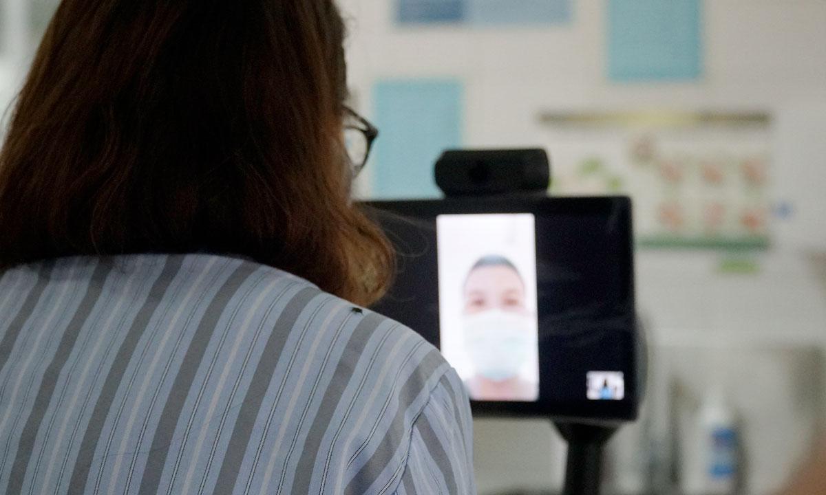 Bệnh nhân Covid-19 trò chuyện với bác sĩ Bắc thông qua màn hình hiển thị của robot. Ảnh: Bệnh viện cung cấp.