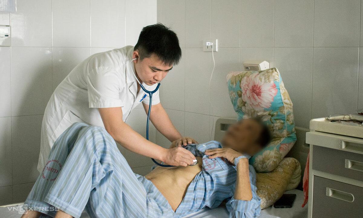 Bệnh nhân ung thư do viêm gan virus B điều trị tại Bệnh viện Bệnh nhiệt đới Trung ương. Ảnh: Chi Lê.