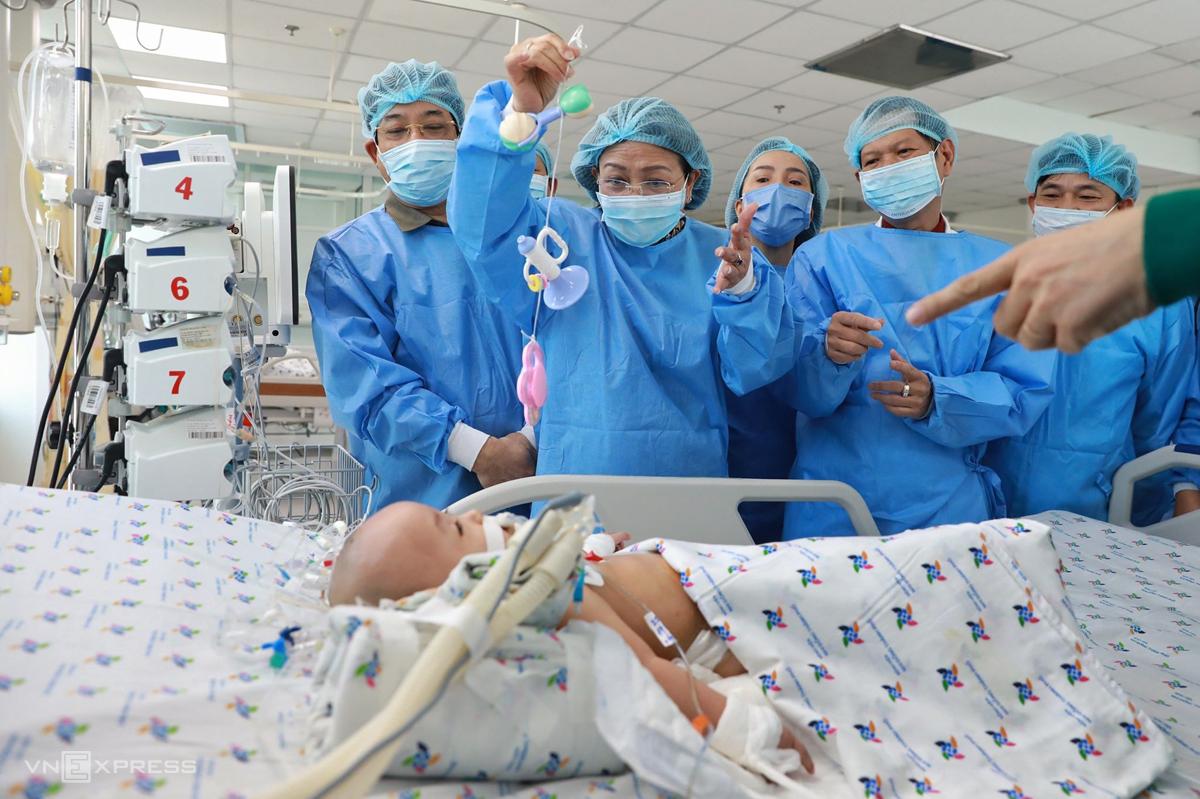 Phó Chủ tịch nước Đặng Thị Ngọc Thịnh (cầm đồ chơi) đùa với bé Diệu Nhi, sáng 20/7. Ảnh: Hữu Khoa.