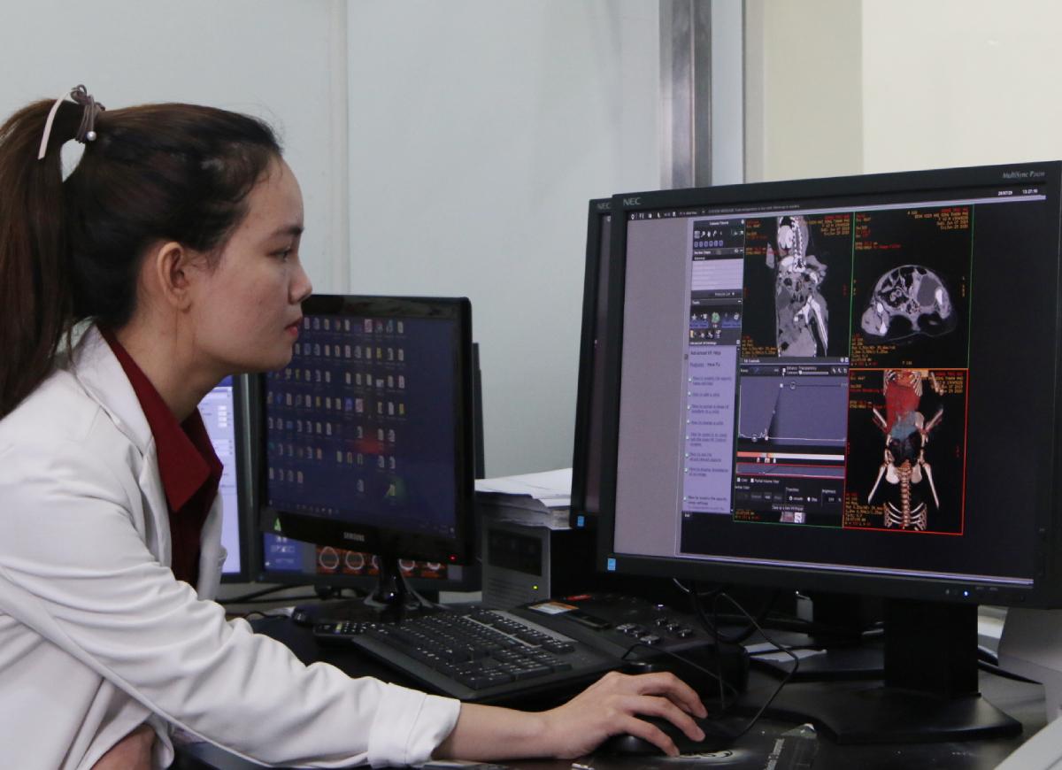 Bác sĩ Khánh và ê kip chẩn đoán hình ảnh giống như nhà tiên tri, giúp dự liệu chính xác giải phẫu để cuộc mổ diễn ra thành công. Ảnh Thư Anh