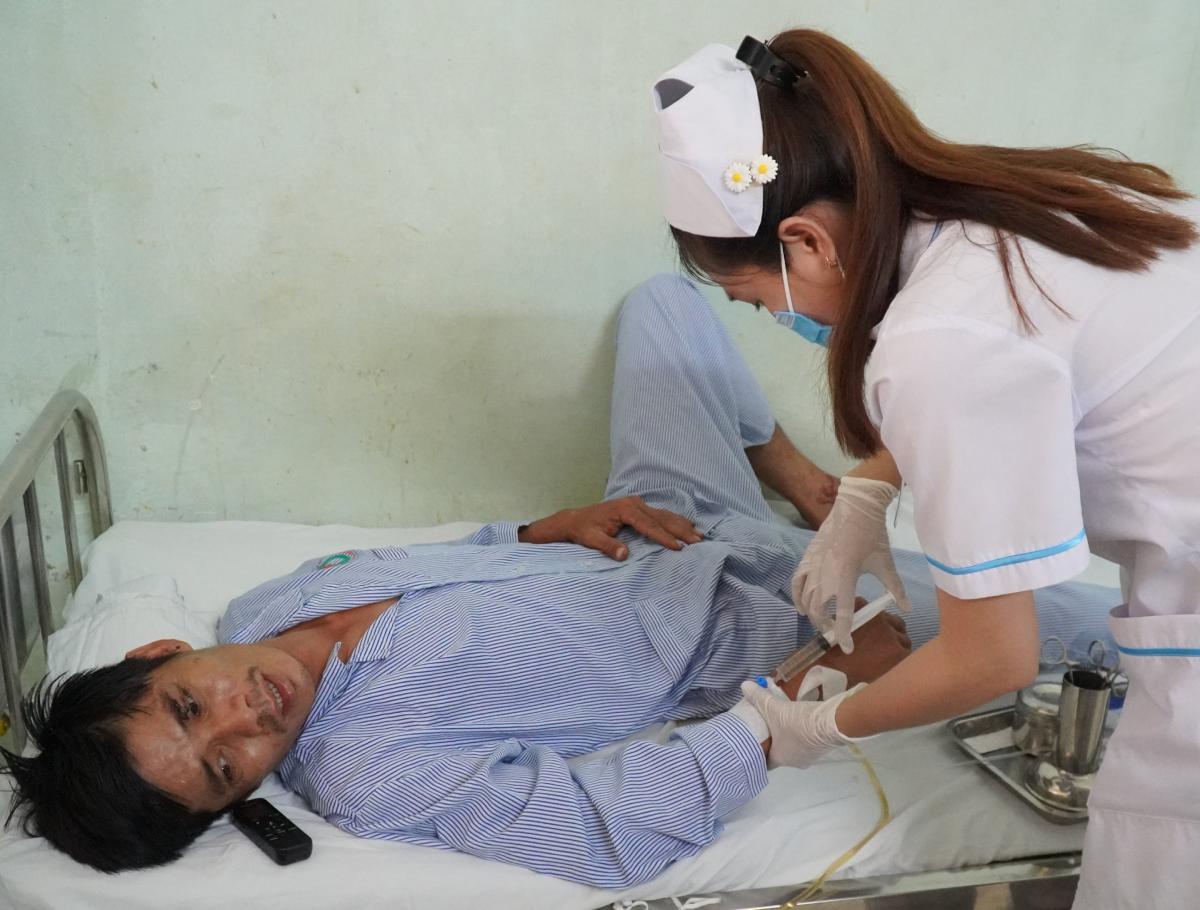 Bệnh nhân Lê Khắc Phụ thất thần khi nghe tin con trai tử vong, anh đang điều trị tại BV Đa khoa tỉnh Bình Thuận. Ảnh Việt Quốc