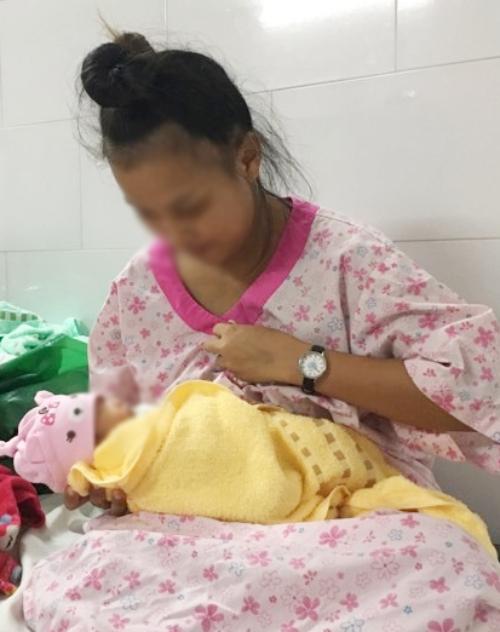 Xuất viện, chị Hữu và bé Cà Chua lưu lại nhà trọ vài ngày, trước khi về quê ở Tiền Giang. Ảnh Thư Anh