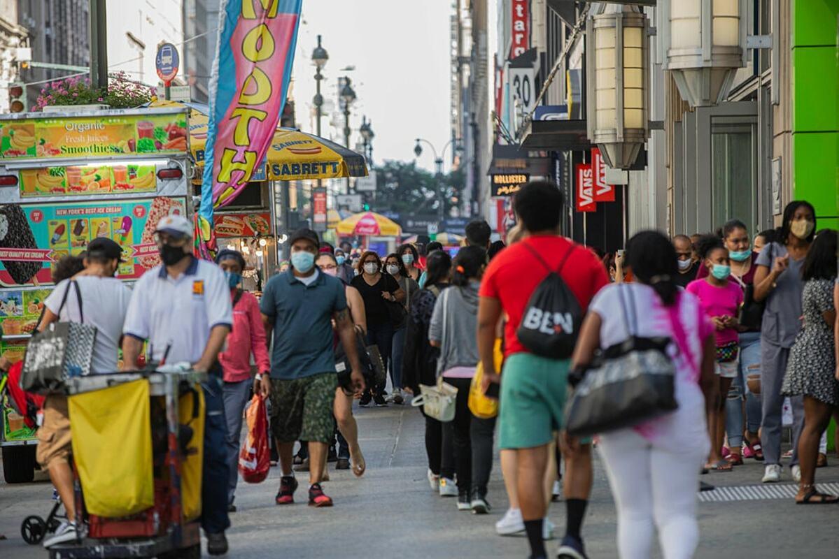 Người dân Manhattan đã trở lại cuộc sống bình thường, đeo khẩu trang khi ra ngoài, trung tuần tháng 7. Ảnh: NY Times
