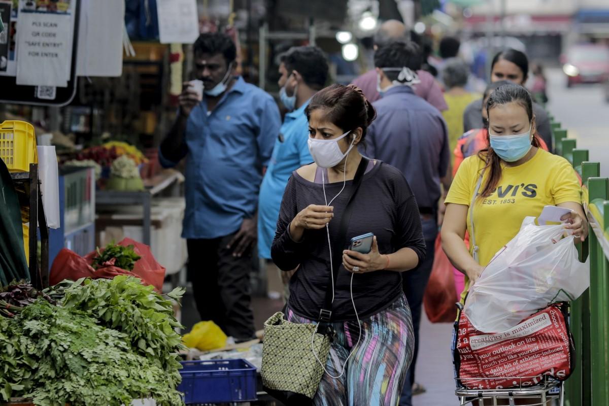 Người dân Singapore đeo khẩu trang khi đi chợ, ngày 21/7. Ảnh: EPA-EFE