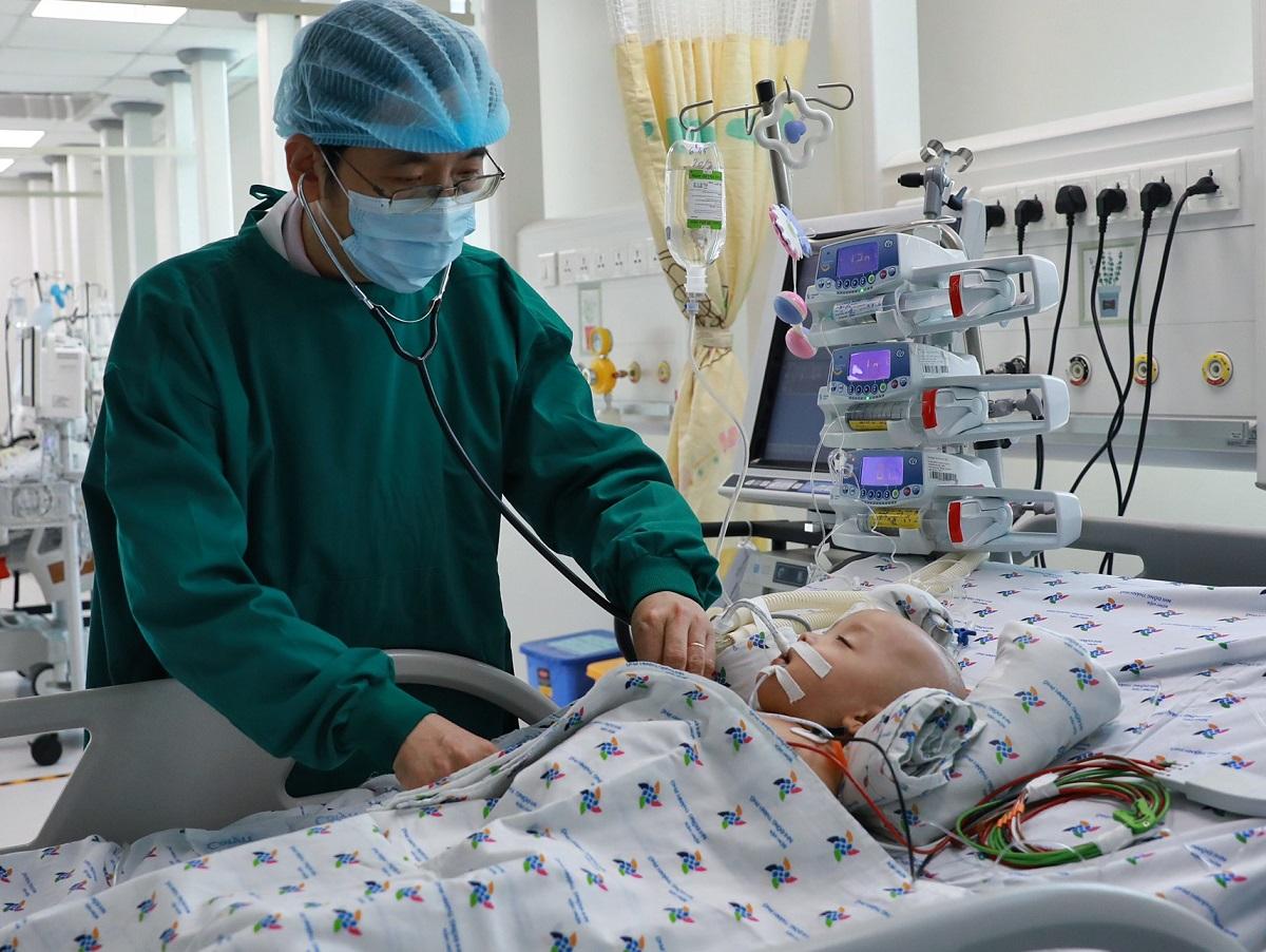 Các bé được chăm sóc và kiểm soát nhiễm khuẩn, loét tối đa. Ảnh Hữu Khoa