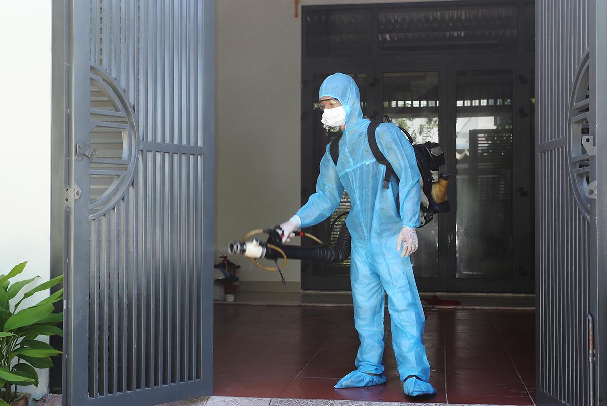 Lực lượng ý tế phun thuốc khử trùng ở vực bênh nhân nghi hiễm nCoV. Ảnh: Đắc Thành.