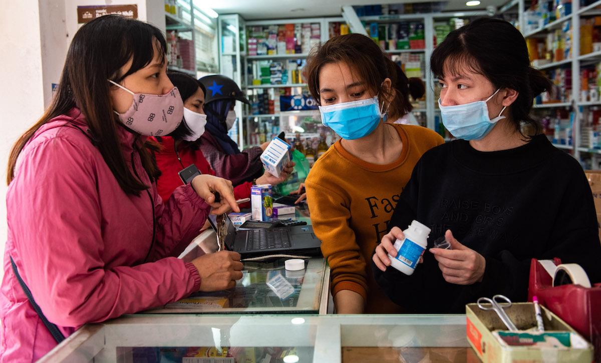 Khách đến mua thuốc tại một cửa hàng trên đường Vũ Trọng Phụng, quận Thanh Xuân. Ảnh: Thanh Huế.