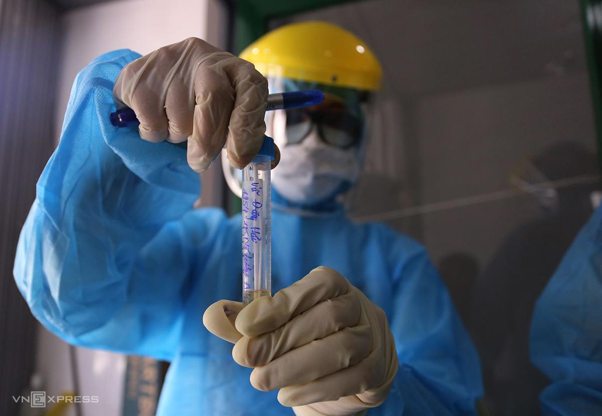 Nhân viên trung tâm y tế quận Liên Chiểu lấy mẫu bệnh phẩm người tiếp xúc bệnh nhân, xét nghiệm sàng lọc sáng 25/7. Ảnh: Đắc Thành.