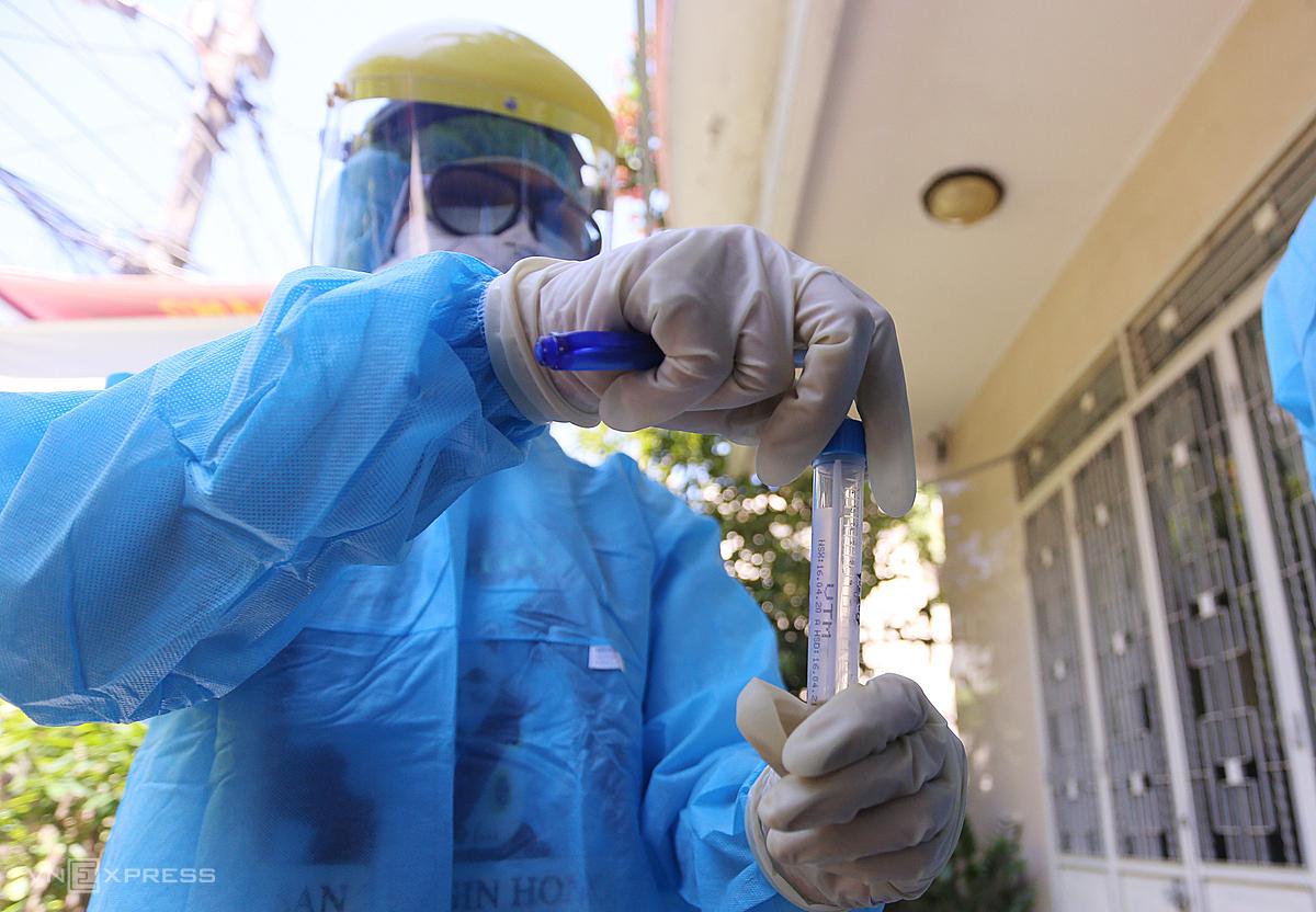 Nhân viên trung tâm y tế quận Liên Chiểu, Đà Nẵng lấy mẫu bệnh phẩm người tiếp xúc bệnh nhân, xét nghiệm sàng lọc Covid-19 sáng 25/7. Ảnh: Đắc Thành