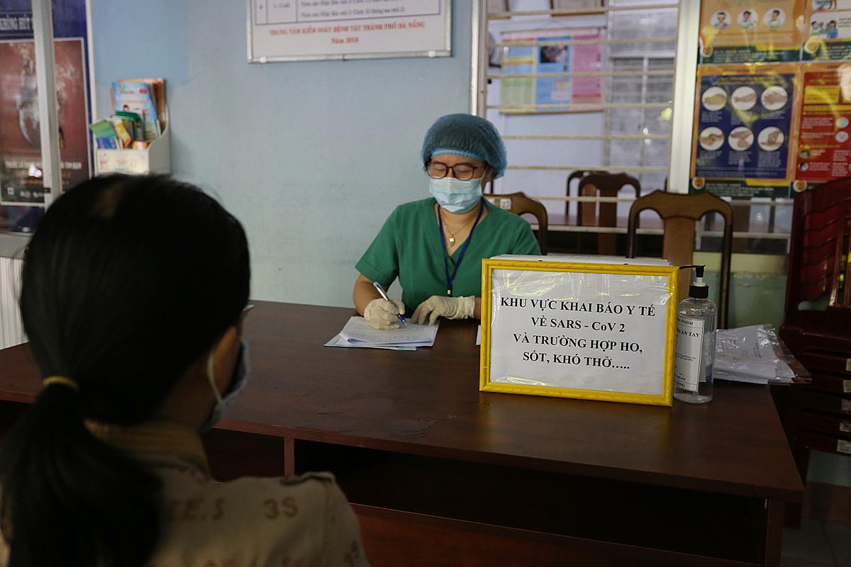 Người dân đến Trạm y tế phường Thanh Bình, quận Hải Châu khai báo y tế sáng 26/7. Ảnh: Đắc Thành.