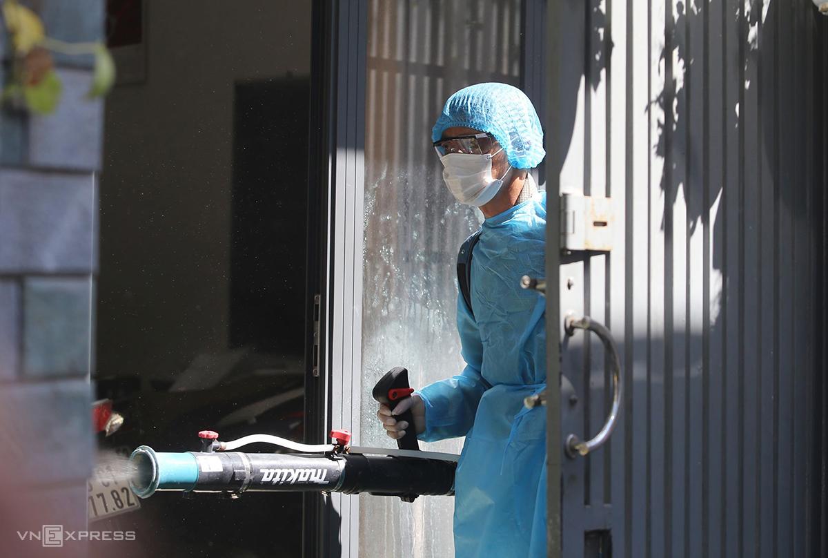 Lực lượng y tế quận Hải Châu phun hóa chất khử khuẩn nhà bệnh nhân 418, sáng 26/7. Ảnh: Đắc Thành.