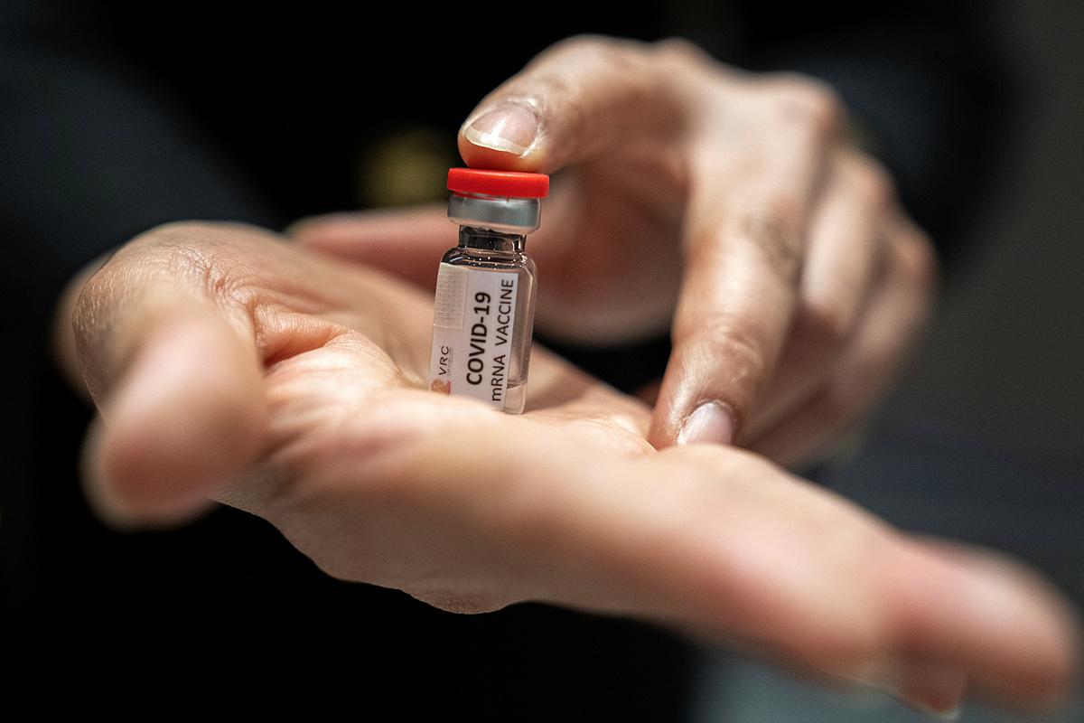 Một chuyên gia tại Trung tâm Nghiên cứu Linh trưởng Quốc gia, Đại học Chulalongkorn, tỉnh Saraburi, Thái Lan cầm trên tay một lọ vaccine Covid-19 thử nghiệm, ngày 22/6. Ảnh: Reuters