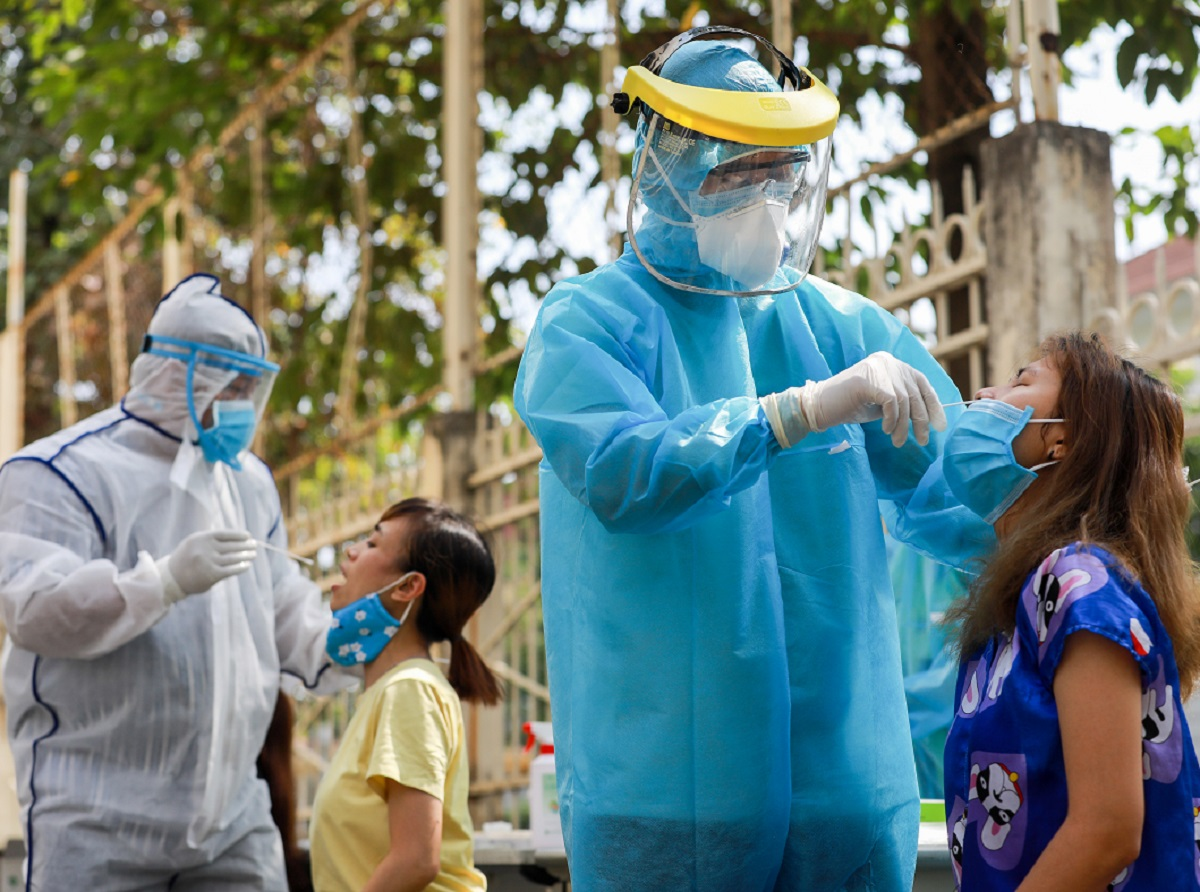 Người dân có nguy cơ nhiễm nCoV sẽ được lấy mẫu dịch nhầy họng, mũi  đi xét nghiệm. Ảnh Quỳnh Trần
