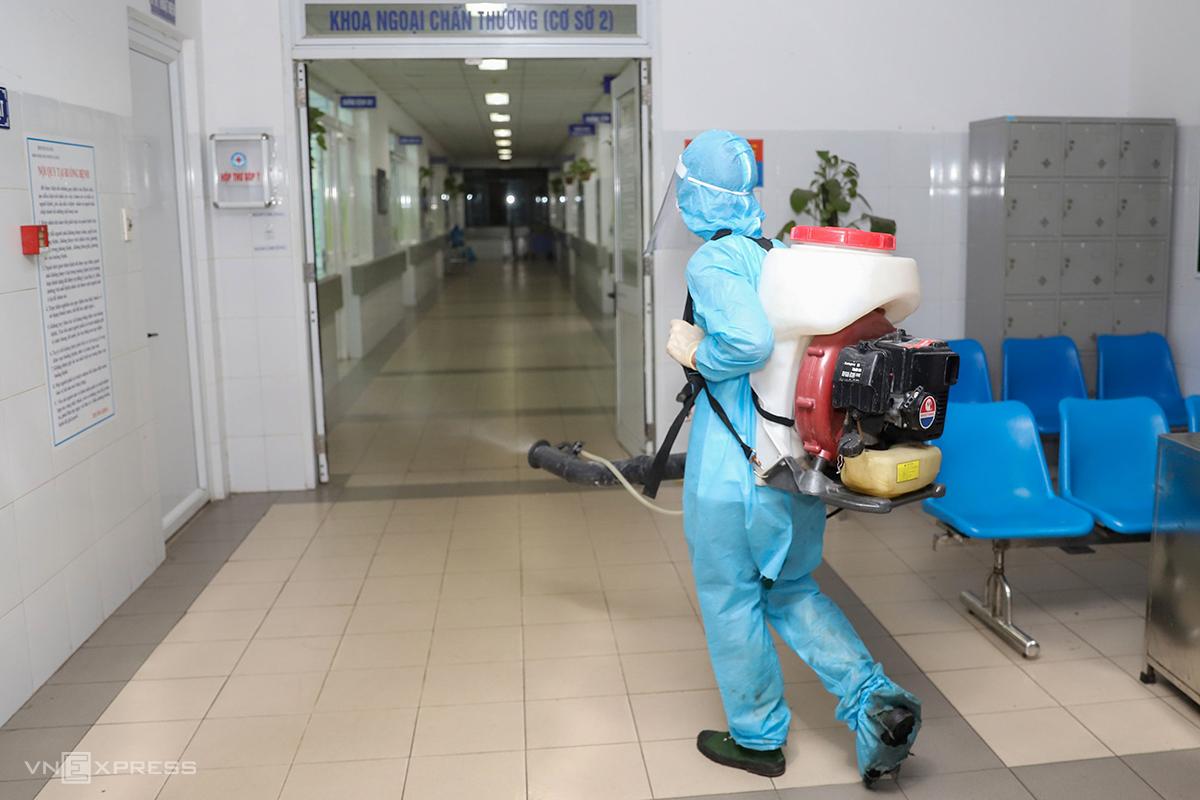 Nhân viên y tế phun thuốc khử trùng Bệnh viện Đà Nẵng, nơi điều trị bệnh nhân Covid-19, ngày 26/7. Ảnh: Nguyễn Đông.