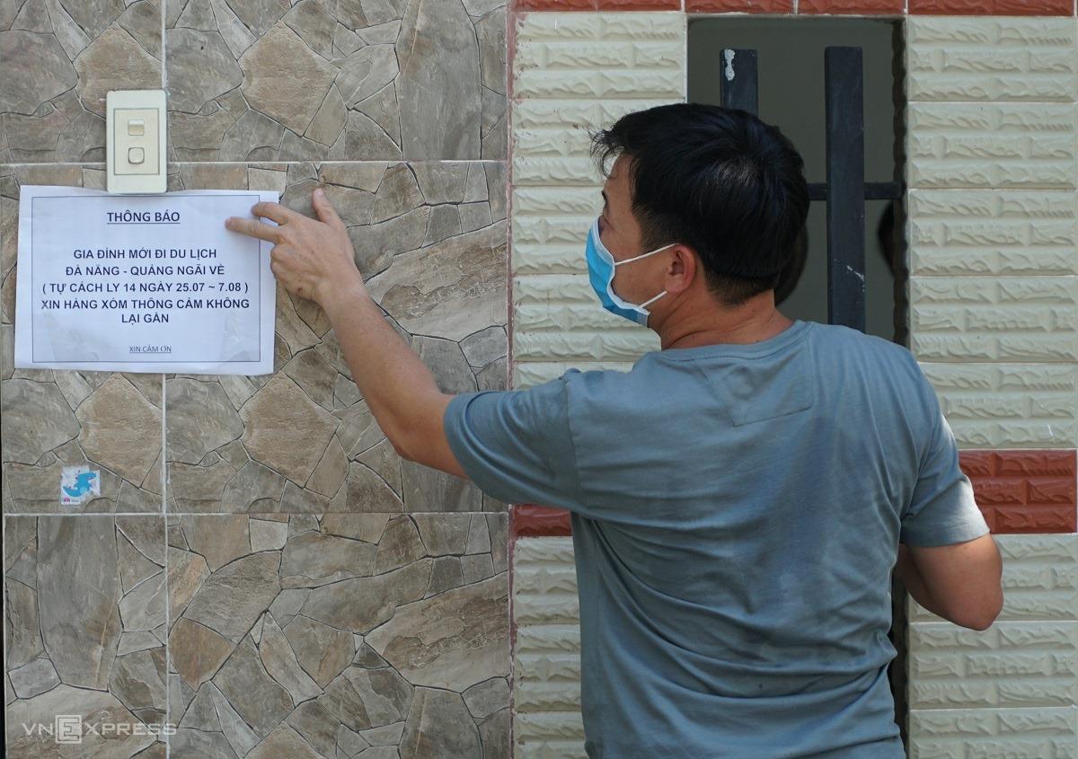 Một gia đình ở Quảng Ngãi dán thông báo trước cửa cả nhà tự cách ly sau khi từ Đà Nẵng về, ngày 25/7. Ảnh: Linh Phạm.